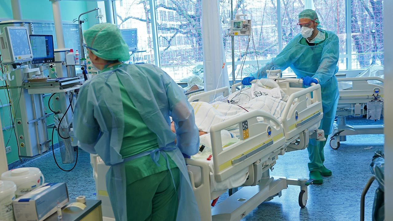 Mężczyzna po raz pierwszy zaraził się koronawirusem w kwietniu 2020 roku (fot. Sean Gallup/Getty Images)