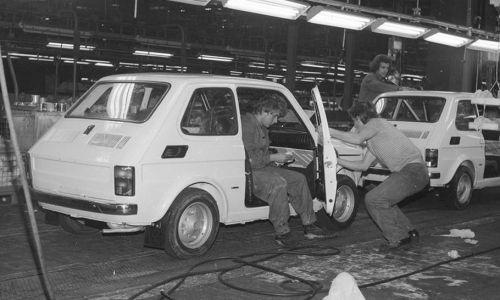 Karoserie Fiatów 126 na taśmie montażowej. (fot. NAC/Grażyna Rutkowska)