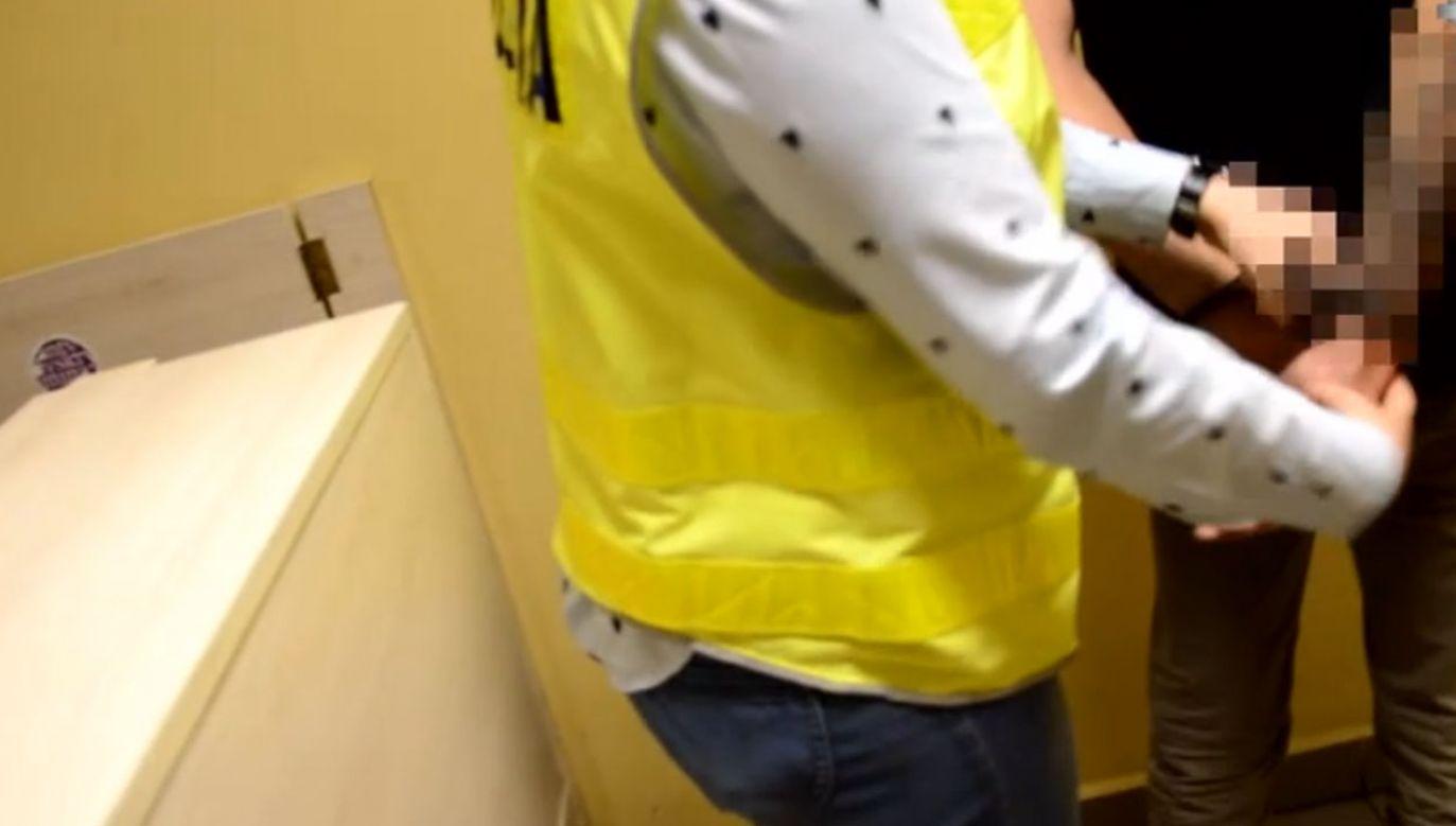 Sprawca w rozmowie z funkcjonariuszami swoje brutalne zachowanie tłumaczył wypitym wcześniej alkoholem (fot. policja.pl)