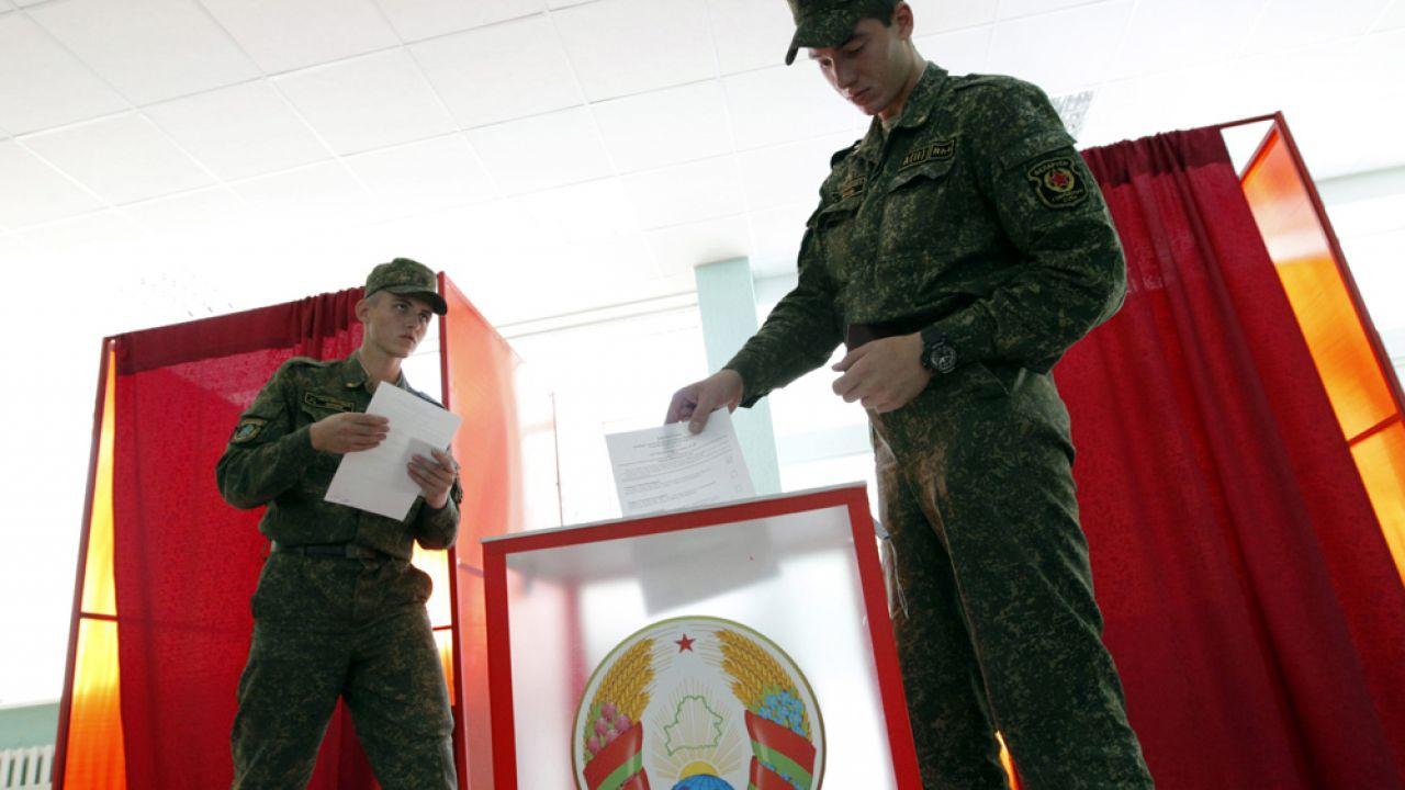 Wybory parlamentarne na Białorusi – wojsko głosuje wcześniej (fot. PAP/EPA/TATYANA ZENKOVICH)