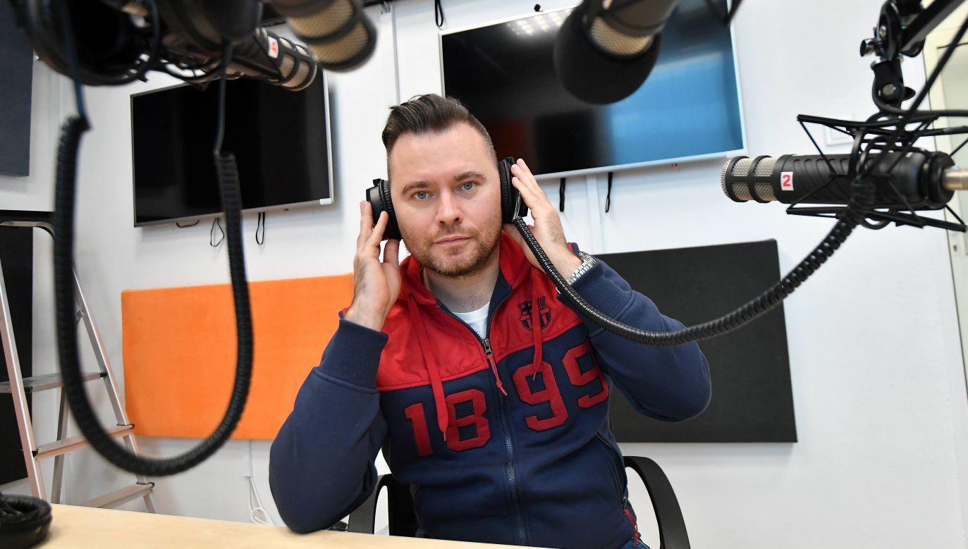 Krzysztof Stanowski podczas próbnych audycji w internetowym radiu sportowym Weszło FM. Fot. PAP/Bartłomiej Zborowski