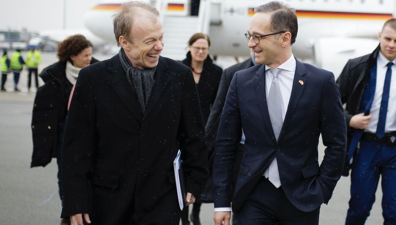 Niemiecki minister spraw zagranicznych i wicekanclerz Heiko Maas (P) z ambasadorem Niemiec Rolfem Niklem (L) po przybyciu na lotnisko w Warszawie (fot. Thomas Trutschel/Photothek via Getty Images)