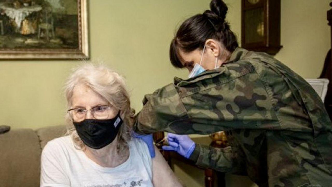 Terytorialsi pomagają w szczepieniu seniorów (fot. tt/@terytorialsi)