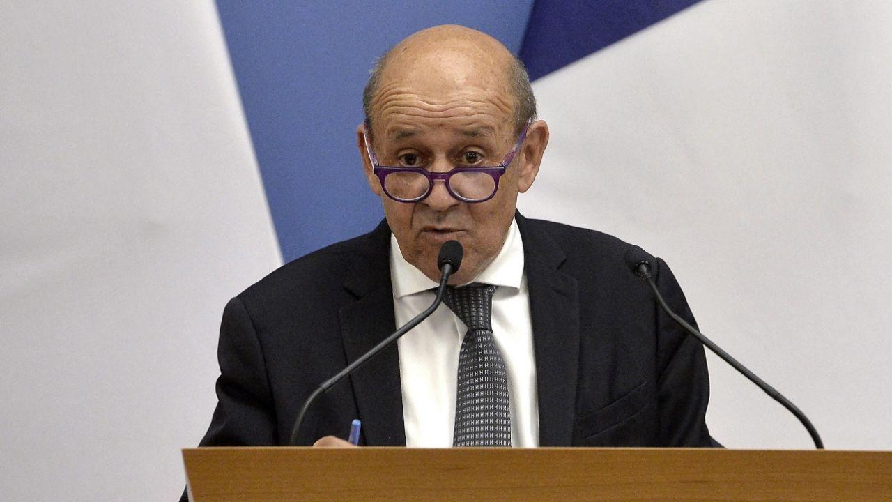 Jean Yves Le Drian mówił m.in. o sprzedaży okrętów do Australii (fot. PAP/EPA/Lajos Soos)