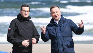 Premier Mateusz Morawiecki i prezydent Andrzej Duda podczas wizyty na terenie budowy kanału żeglugowego na Mierzei Wiślanej (fot. PAP/Adam Warżawa)