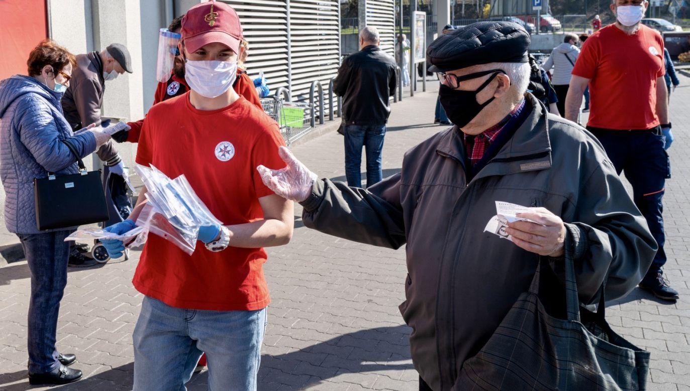 Maseczki będą wymagane do przebywania w miejscach publicznych (fot. PAP/Andrzej Grygiel)