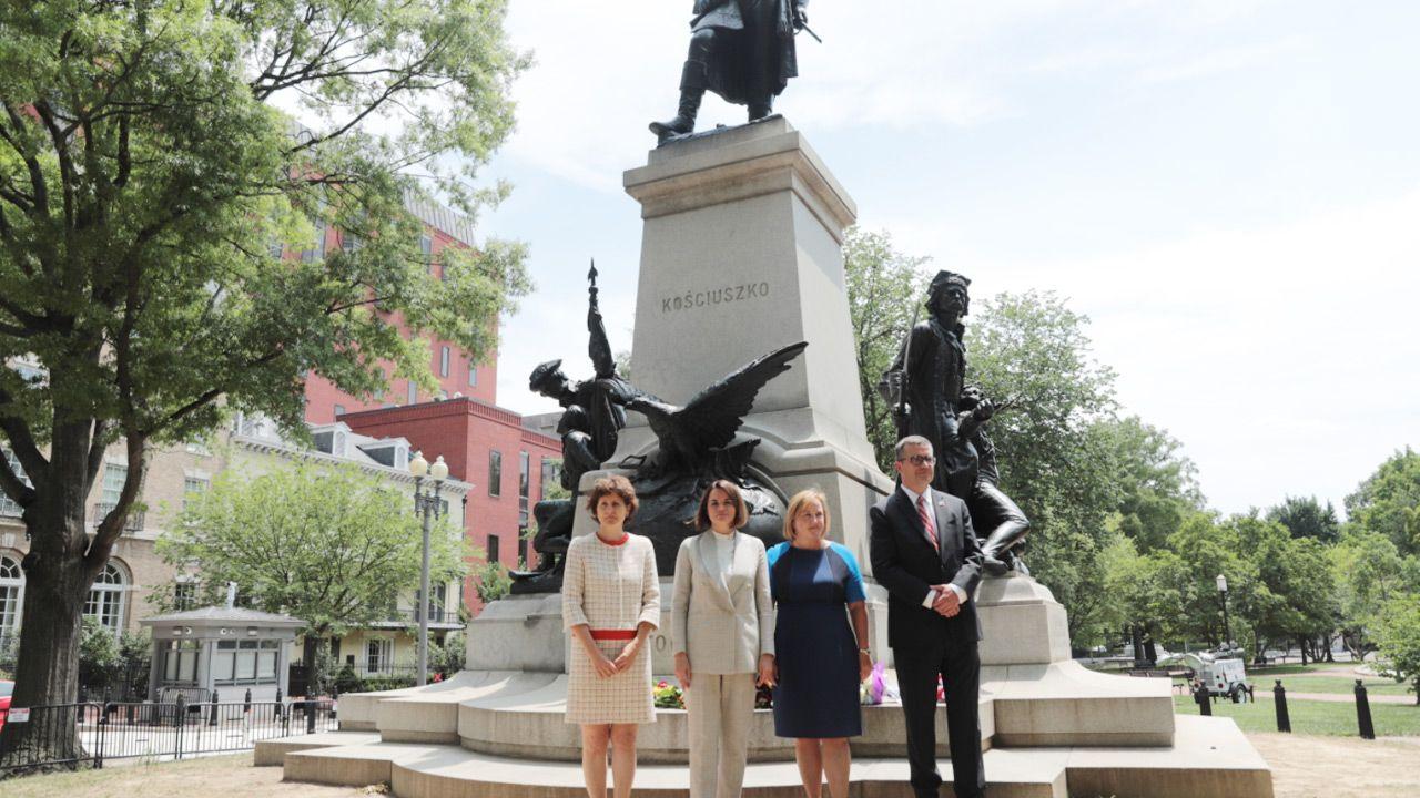 Cichanouska pod pomnikiem Kościuszki w Waszyngtonie (fot.TT/Embassy of Poland U.S.)