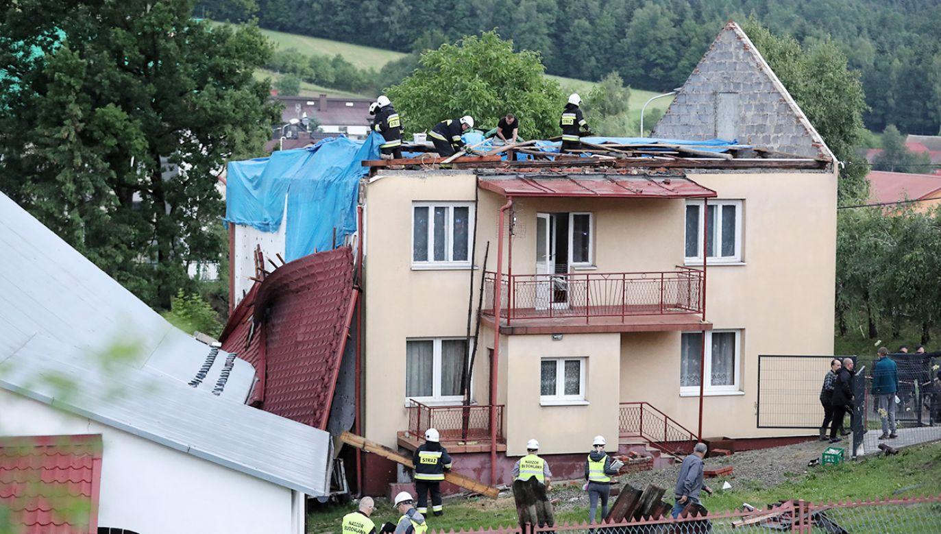 Uszkodzonych zostało około 30 budynków mieszkalnych i tyle samo gospodarczych (fot.PAP/Grzegorz Momot)