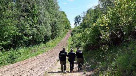 Funkcjonariusze zatrzymali rosyjską rodzinę, która przekroczyła granicę w miejscu niedozwolonym (fot. Straż Graniczna)