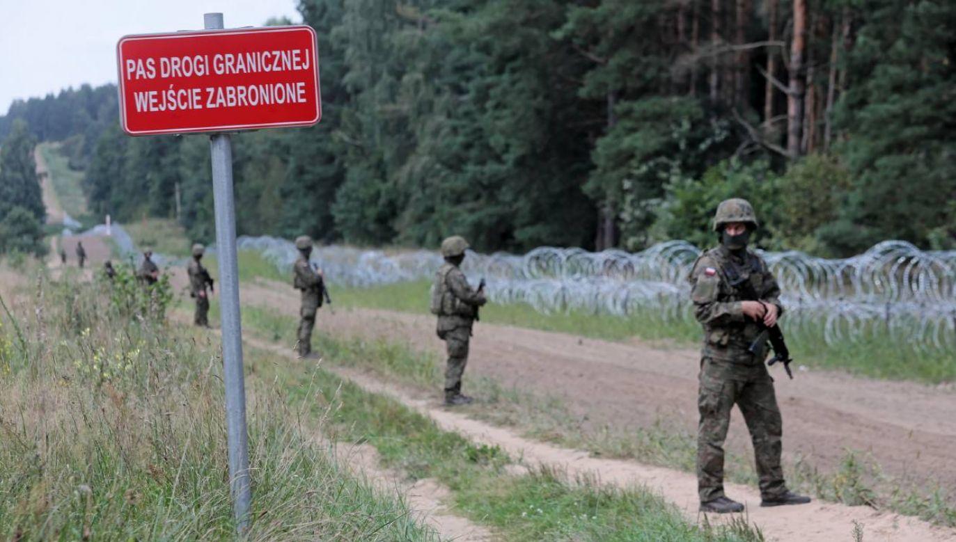 Pas drogi granicznej na polsko-białoruskiej granicy w Kopczanach (gm. Lipsk) )fot. PAP/Artur Reszko)