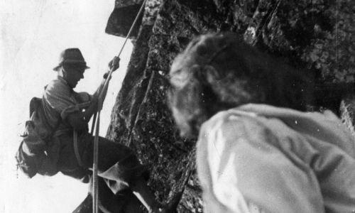 """Twierdził, że użycie w prasie jego nazwiska to chwyt propagandowy okupanta. Był w czołówce przedwojennych polskich taterników, geografem, naczelnik TOPR – choć w 1940 na polecenie niemieckich władz zorganizował TOPR pod nazwą Tatra-Bergwacht, to pracowali w nim tylko Polacy. Brał udział w dramatycznej wyprawie ratunkowej po rannych partyzantów w Dolinie Zuberskiej w lutym 1945, której poświęcono parę filmów, m.in. """"Błękitny krzyż"""" Andrzeja Munka. Fot. NAC/Wydawnictwo Prasowe Kraków-Warszawa, sygn.. 2-11995"""