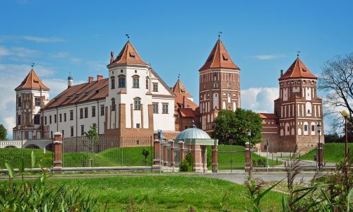 Zamek w Mirze na Białorusi, w 2000 r. wpisany na listę dziedzictwa UNESCO. Zbudował go starosta brzeski i kowieński Jerzy Illinicz (XV-XVI w.), w 1568 r. przeszedł w ręce książąt Radziwiłłów. Doszło tu do bitwy Polaków z Rosjanami w obronie Konstytucji 3 Maja. W epoce napoleońskiej zamek opuszczony, w końcu XIX w. znów zamieszkany. Trafił do rodzi-ny Światopełk-Mirskich, która miała go do 1939 r. Fot. Вадзім Новикаў - Praca własna, CC BY-SA 3.0, https://commons.wikimedia.org/w/index.php?curid=21832668