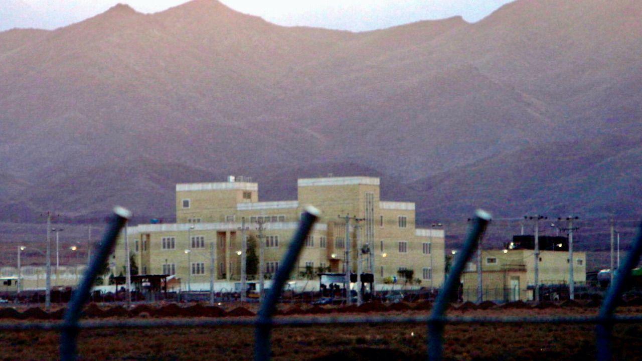 Według Iranu za awarię sieci energetycznej w ośrodku w Natanz odpowiada Izrael (fot. PAP/EPA/A.TAHERKENAREH)