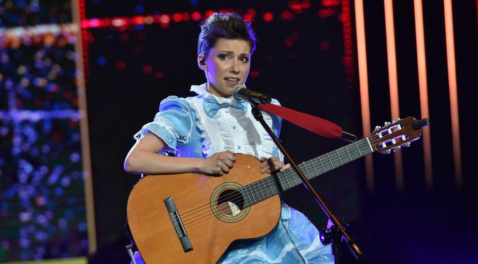"""Dominikę Barabas widzowie zapamiętają nie tylko z piosenki """"Andy"""", ale także z oryginalnego stroju (fot. Ireneusz Sobieszczuk/TVP)"""