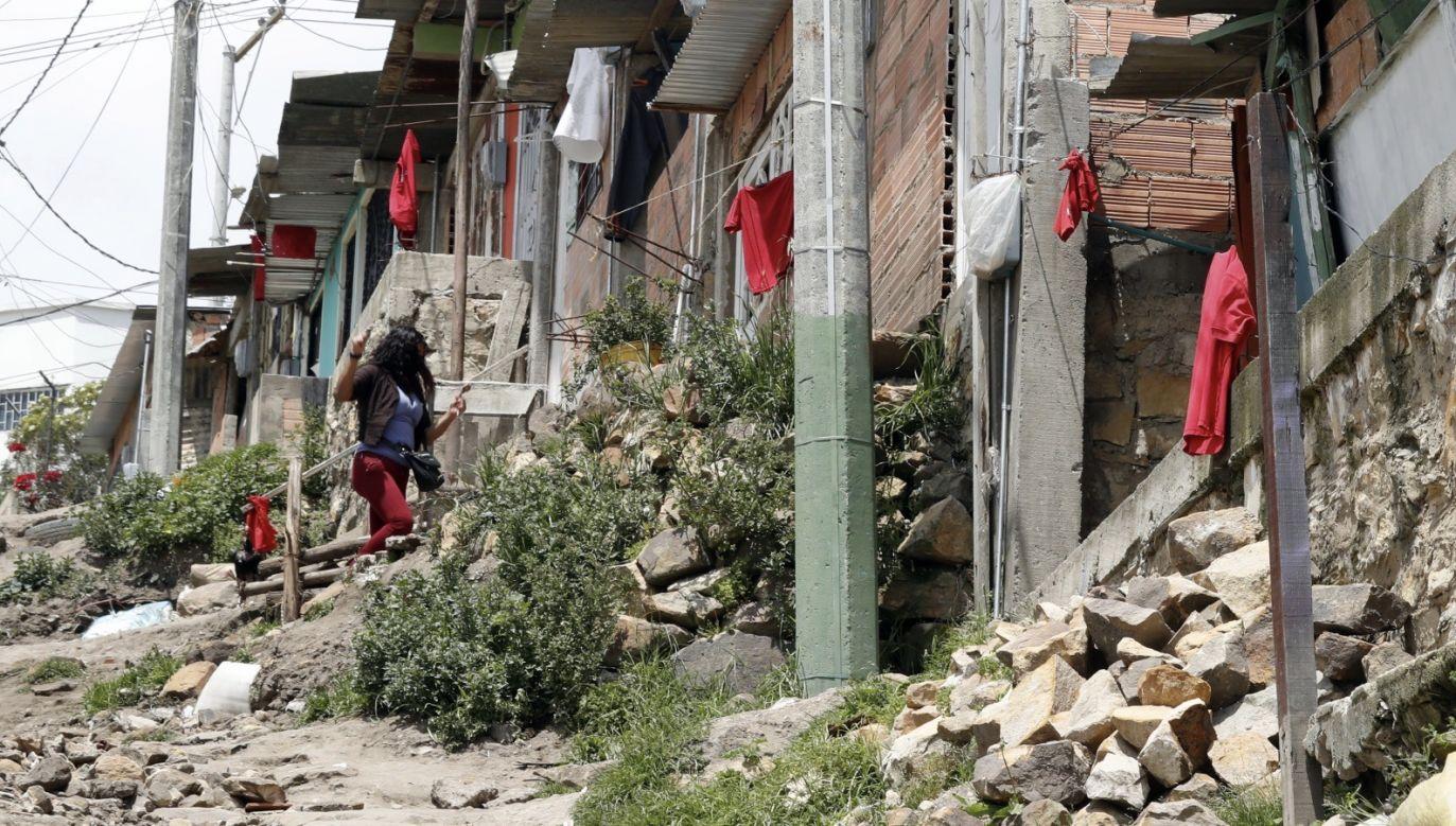 Kolumbijczycy cierpią z powodu głodu wywołanego przez kryzys zw. z koronawirusem i wywieszają czerwone flagi, prosząc o pomoc (fot. PAP/EPA/Mauricio Duenas Castaneda)
