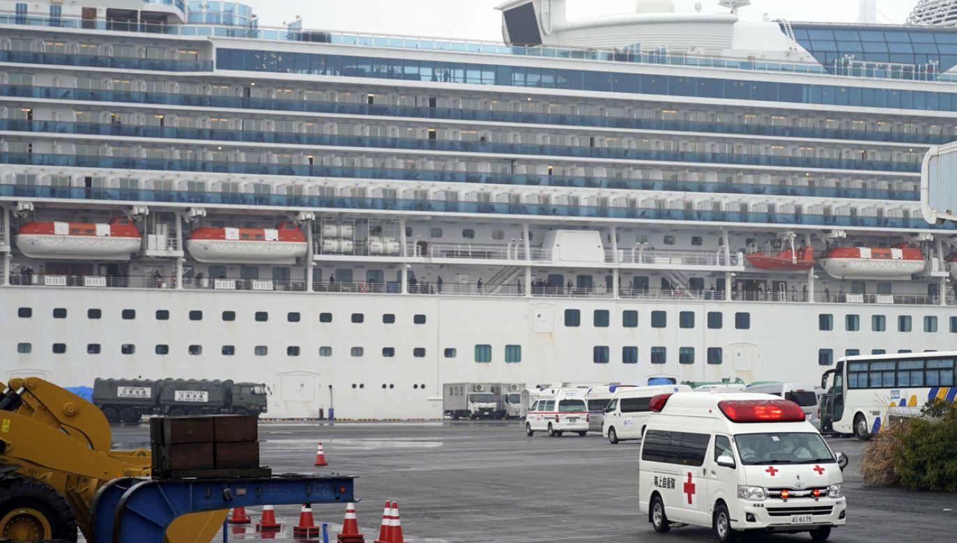 Statek jest objęty kwarantanną w pobliżu portu w Jokohamie  (fot. PAP/EPA/FRANCK ROBICHON)