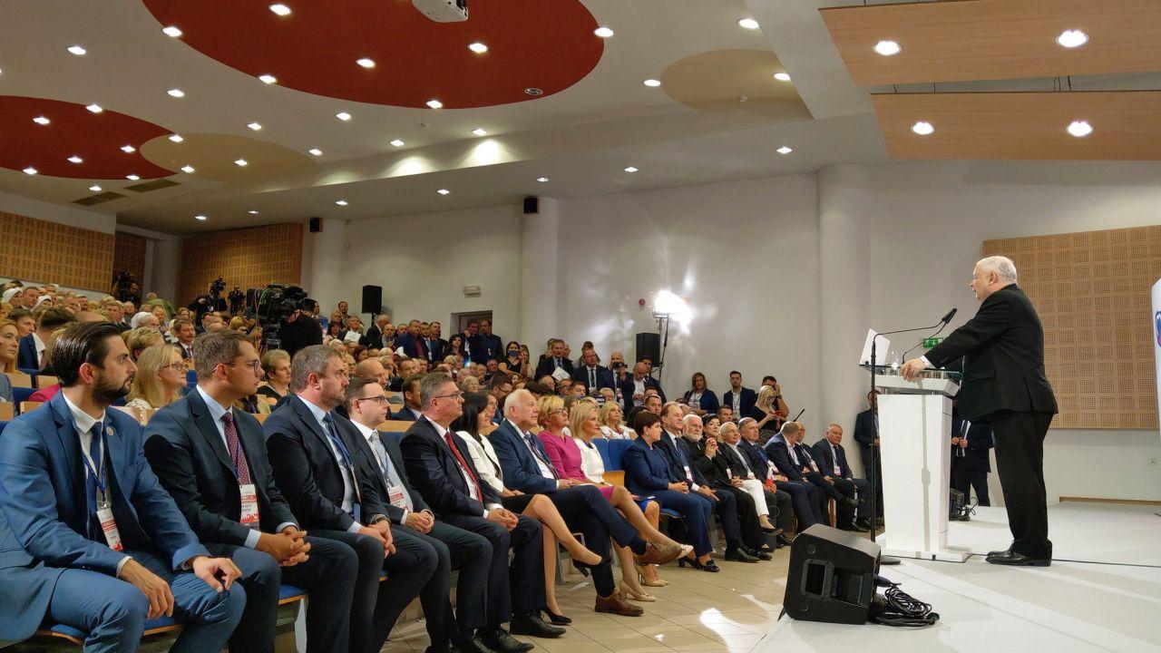Lider PiS Jarosław Kaczyński na regionalnej konwencji wyborczej w Tarnowie (fot. Twitter/PiS)