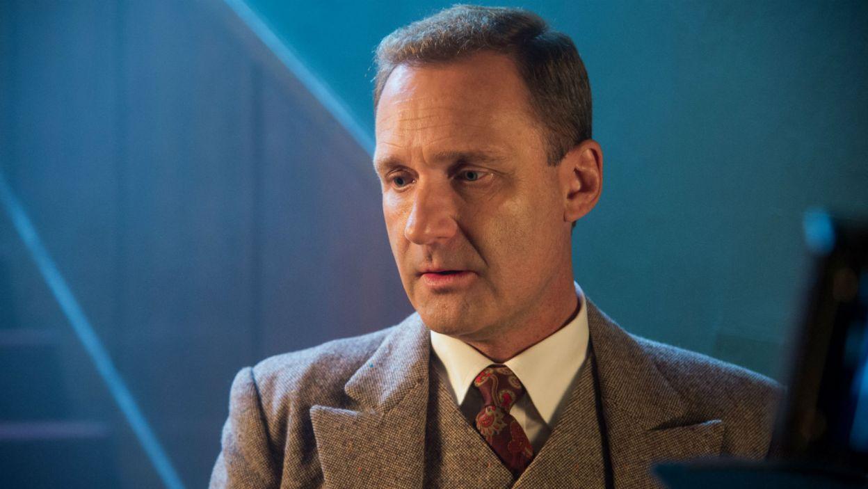 Adam Cywka wcielił się w rolę Edmunda Rozbickiego, dyrektora muzycznego warszawskiej rozgłośni (fot. Jan Bogacz/TVP)