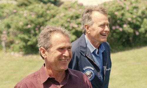 Wtedy jeszcze gubernator Teksasu George W. Bush, przyszły prezydent USA, wraz z ojcem, byłym prezydentem USA Georgem H.W. Bush w letnim domu w Maine, 13 czerwca 1999 r. Fot. David Hume Kennerly / Getty Images