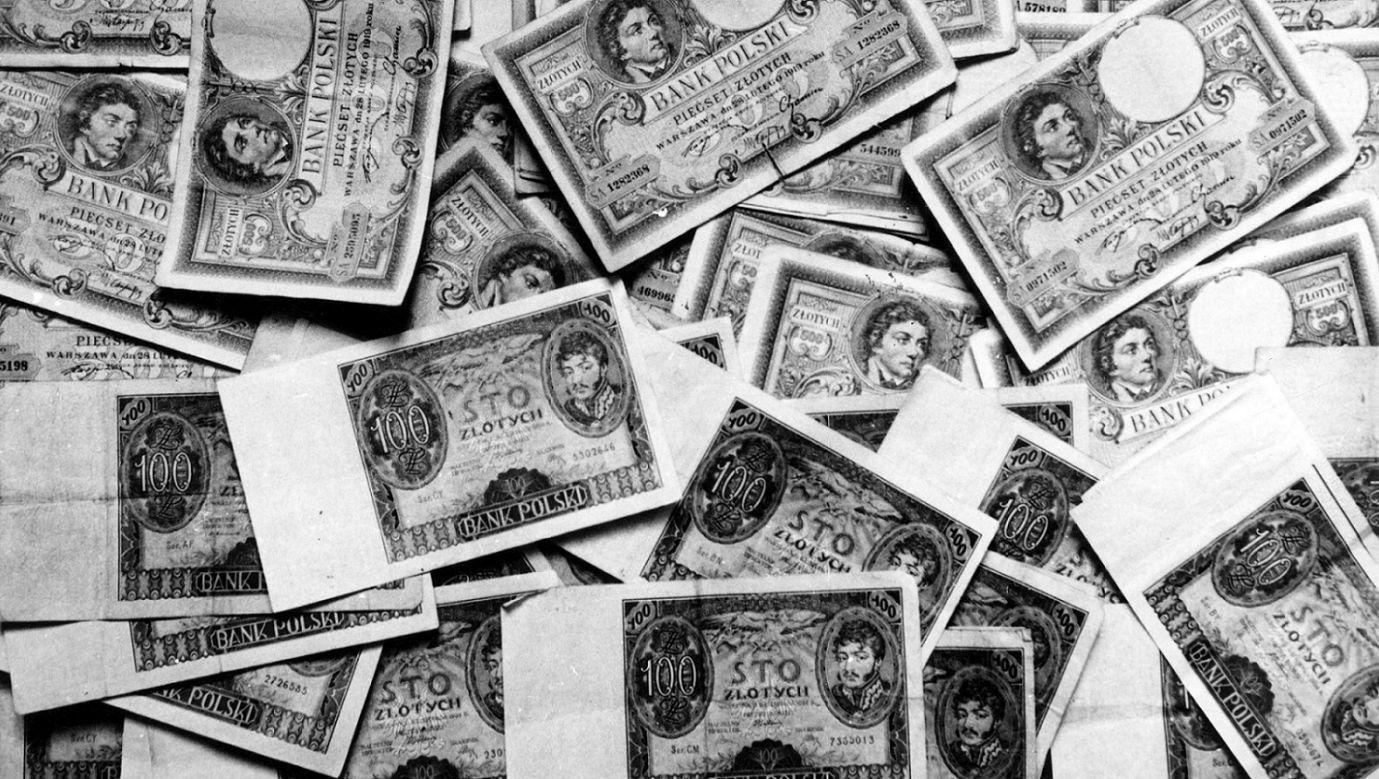 Banknoty polskie w  czasie II wojny światowej, przed wymianą. Luty 1940 r. Fot. NAC/Wydawnictwo Prasowe Kraków-Warszawa, sygn. 2-8071