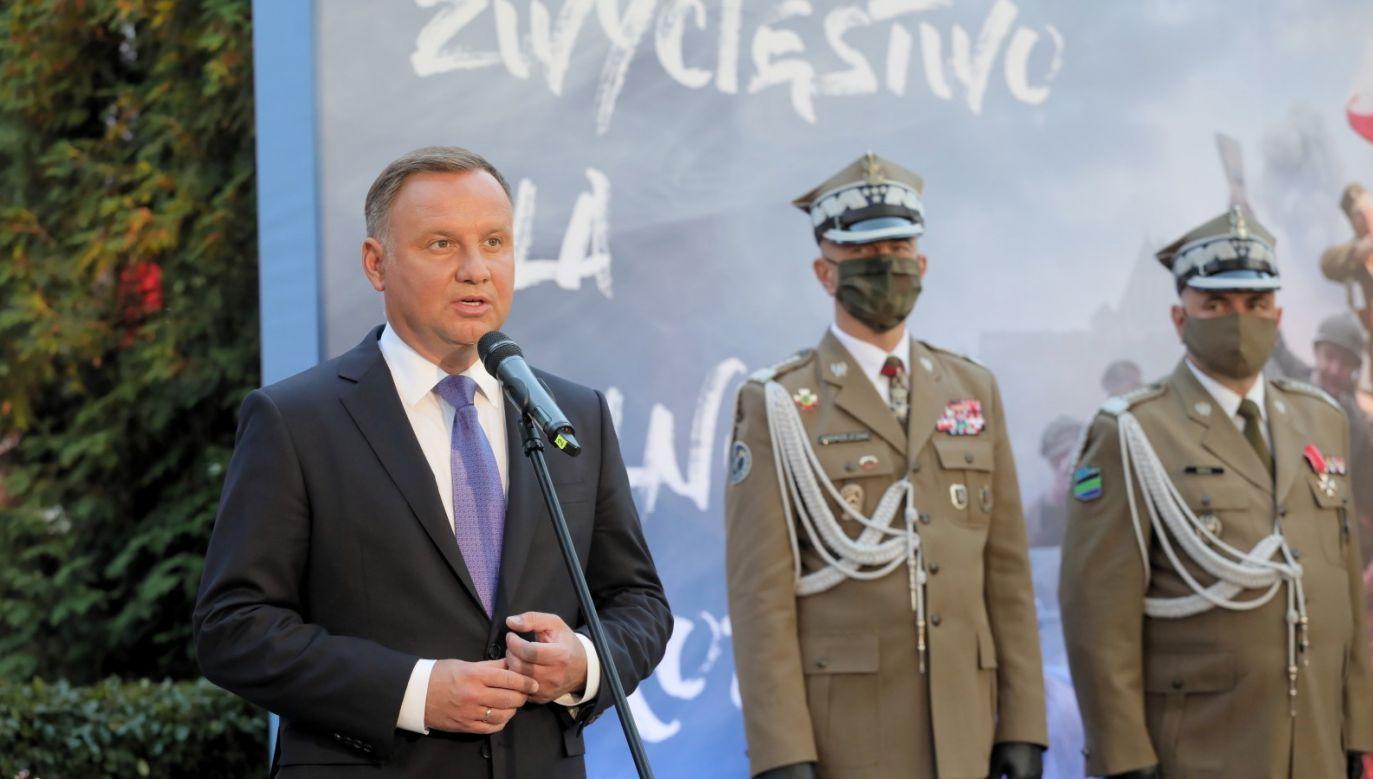 Prezydent Andrzej Duda podczas apelu pamięci przed Pomnikiem Poległych w 1920 r. na Cmentarzu Wojskowym na Powązkach (fot. PAP/Paweł Supernak)