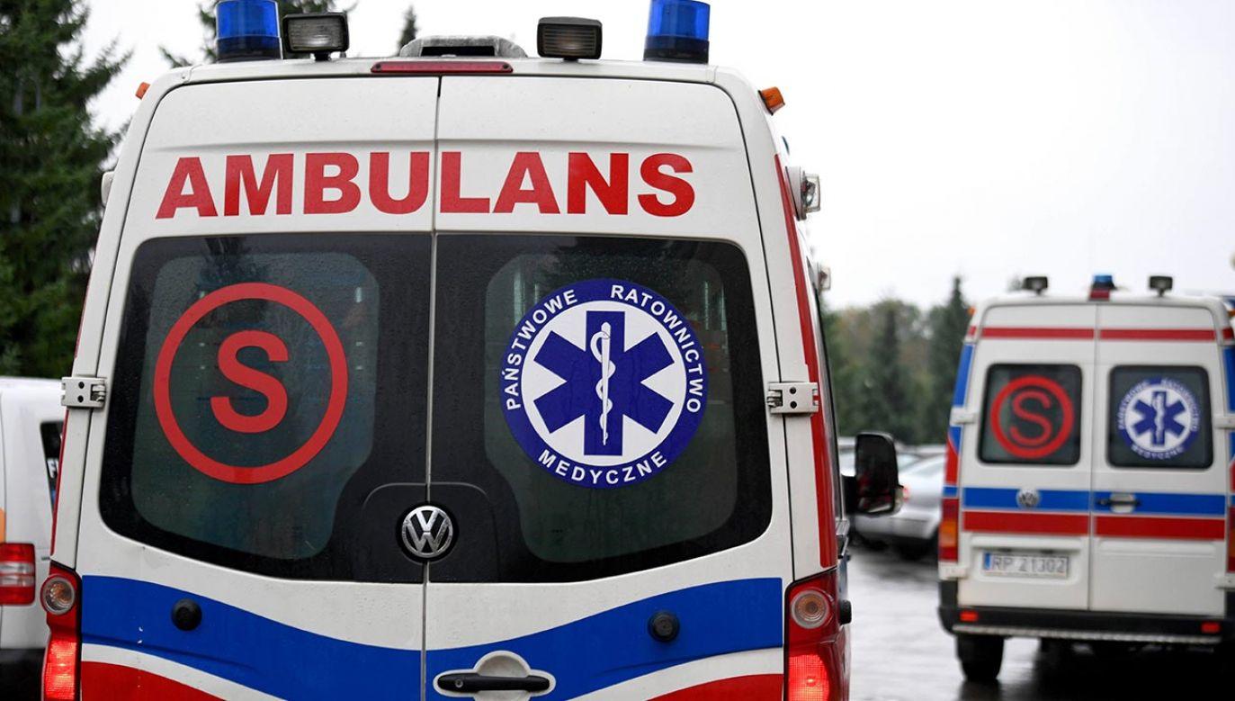 Pacjent  uciekł z budynku, wsiadł do zaparkowanej na terenie przyszpitalnym karetki pogotowia i próbował nią odjechać (fot. PAP/Darek Delmanowicz)