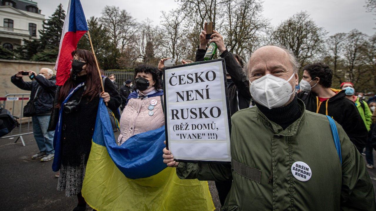 Protest przed Ambasadą Rosji w Pradze (fot. Lukas Kabon/Anadolu Agency via Getty Images)