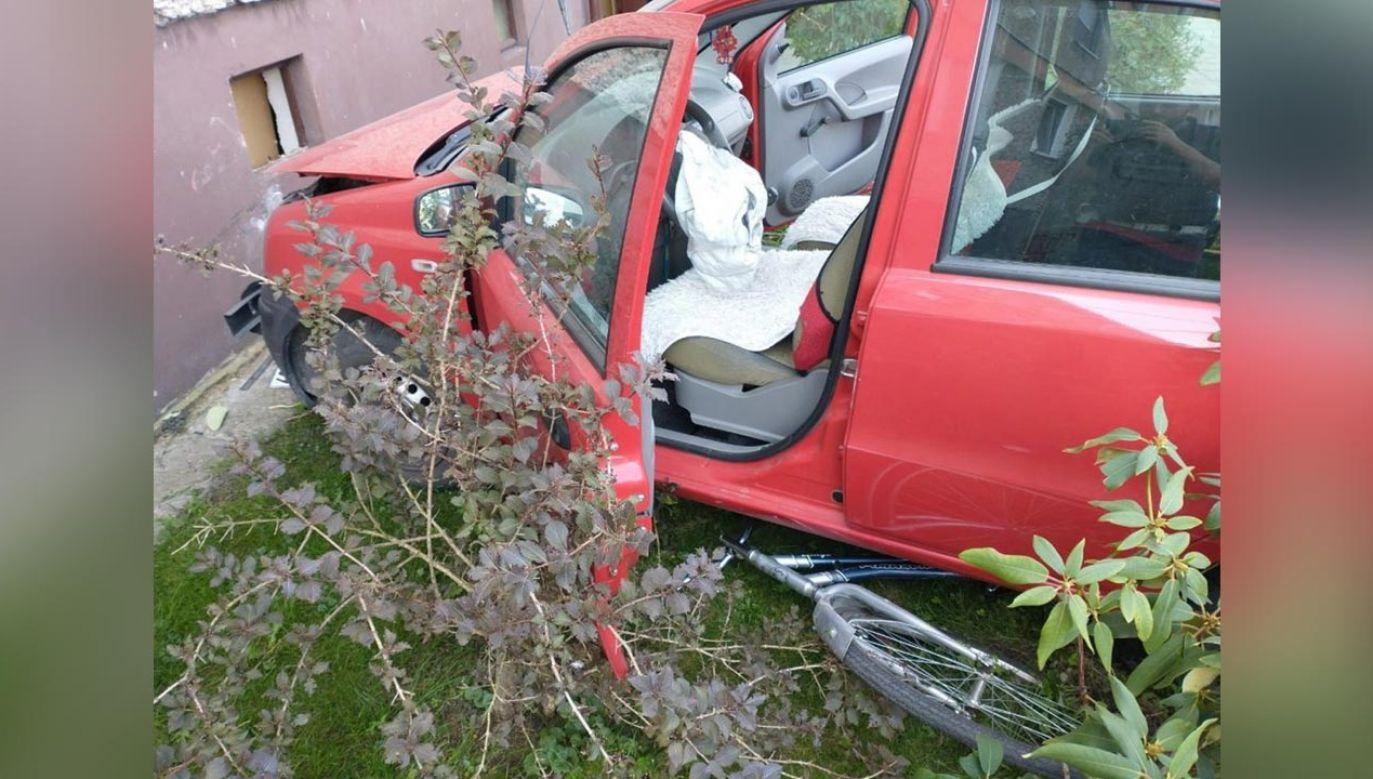 58-latka przejechała przez pas zieleni, potem przez leżący na chodniku rower i wbiła się w ścianę bloku  (fot. Policja)