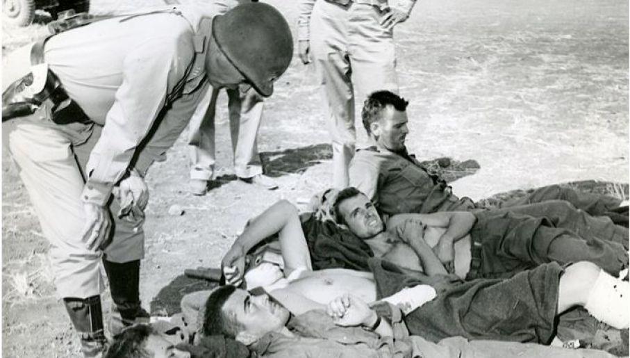 Gen. Patton podczas rozmowy z rannymi żołnierzami (fot. Domena publiczna)