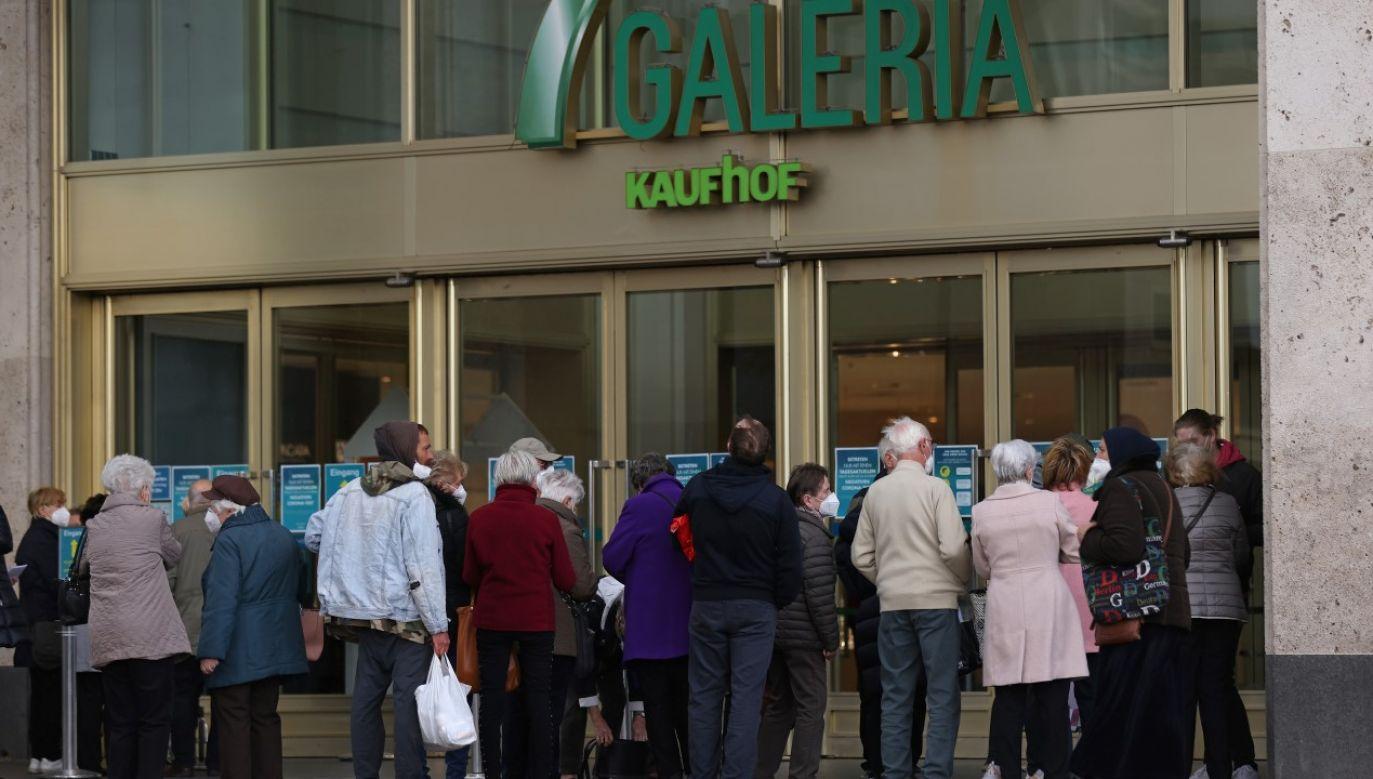 Kupujący czekają na wejście do domu towarowego Galeria Kaufhof (fot. Sean Gallup/Getty Images)