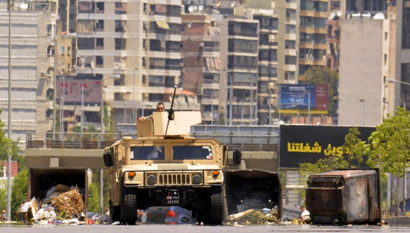 Libańska policja pokonuje zapory zbudowane w trakcie czerwcowych protestów (fot. Houssam Shbaro/Anadolu Agency via Getty Images)
