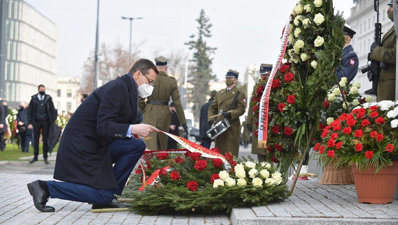 Premier Mateusz Morawiecki wspomina ofiary katastrofy smoleńskiej (fot. PAP/Marcin Obara)