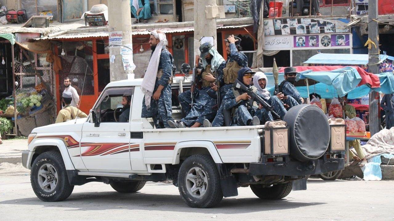 Patrol Talibów na ulicach Kabulu (fot. Haroon Sabawoon/Anadolu Agency via Getty Images)