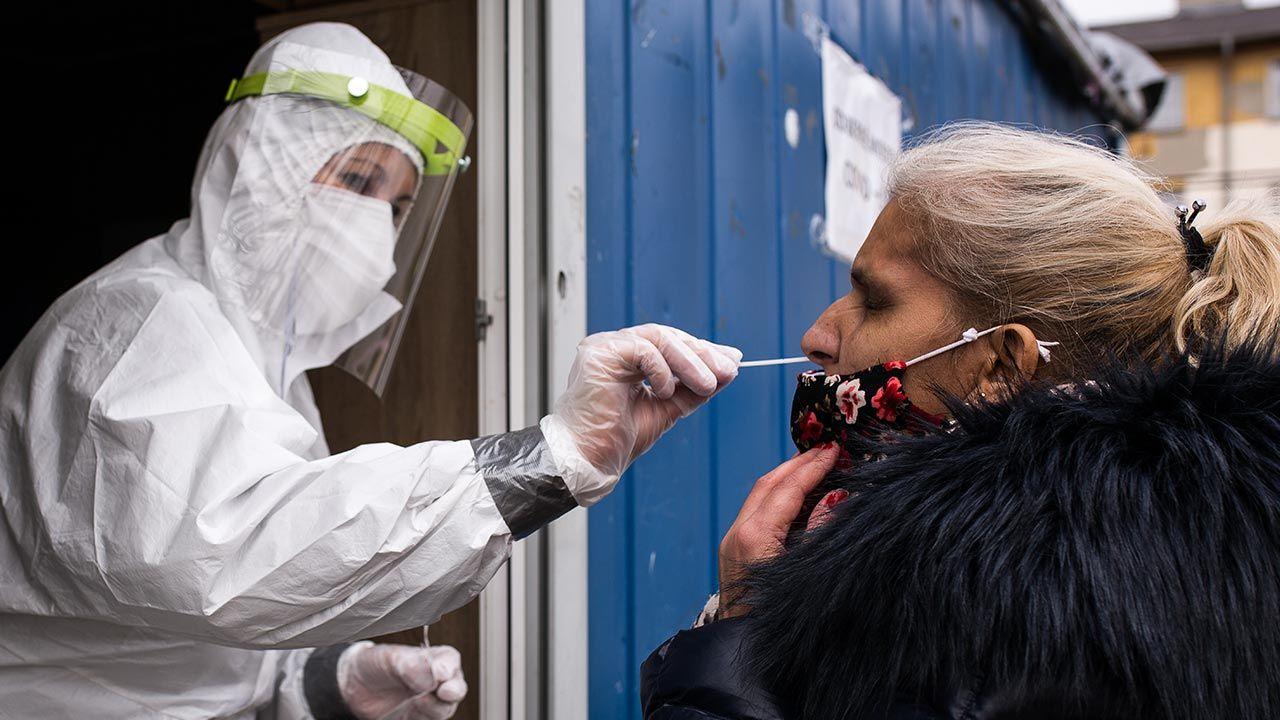 Minionej doby wykonano ponad 43,4 tys. testów na obecność koronawirusa (fot. Zuzana Gogova/Getty Images)