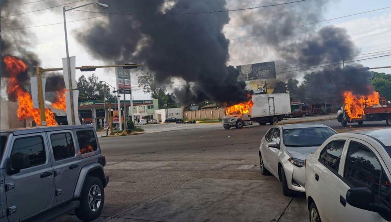 Pojazdy w ogniu podczas starcia członków gangu  z policją na ulicach miasta Culiacan (fot. PAP/EPA/STR)