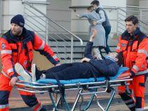 Ich znajomość naprawdę nie zaczyna się dobrze – podczas ćwiczeń dochodzi do wypadku. Radecki jedzie z nowym mecenasem do szpitala, ponieważ tam jest już Sylwia, która zaczęła rodzić! (fot. TVP)