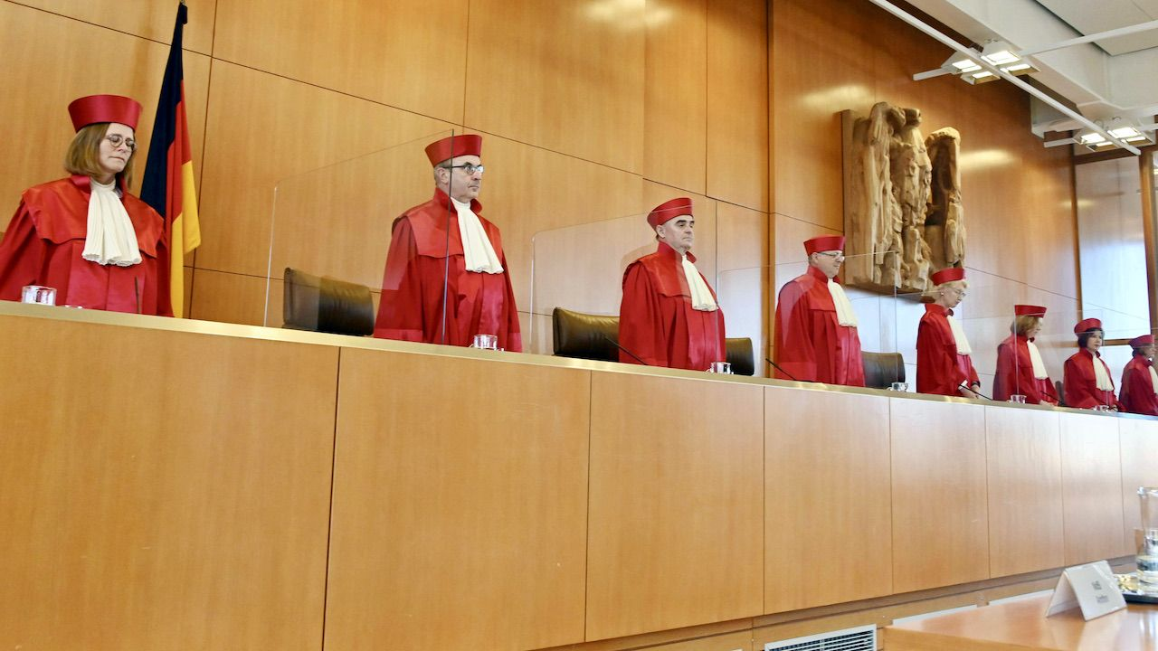 Sędziowie niemieckiego Trybunału Konstytucyjnego – Bundesverfassungsgericht (fot. arch.PAP/DPA)