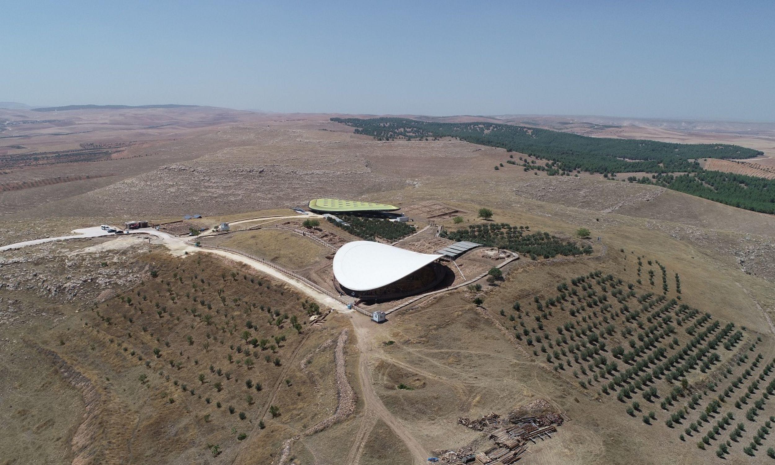 Zadaszone stanowisko archeologiczne w miejscu megalitycznego centrum kultu Göbekli Tepe (co po turecku oznacza Wybrzuszone Wzgórze). Datuje się, że powstało 11 tys. lat p.n.e. i dowodzi, że nasi przodkowie z czasów ostatniego zlodowacenia niekoniecznie siedzieli skuleni, głodni i dzicy w jaskiniach. Fot. Halil Fidan/Anadolu Agency/Getty Images