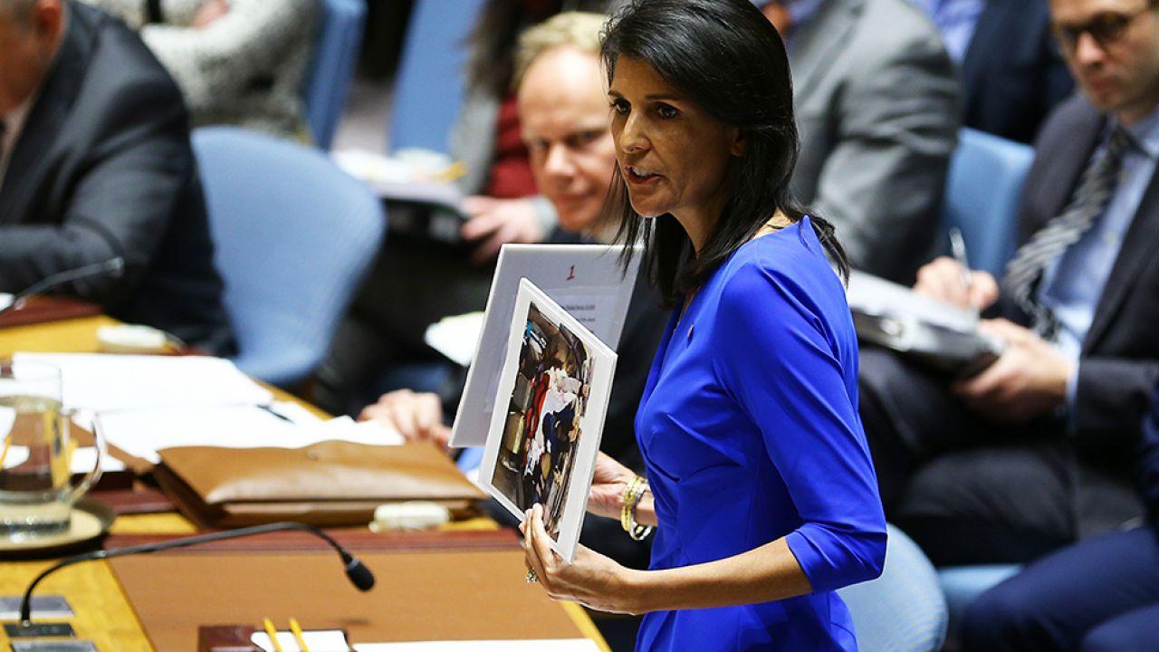 Nikki Haley wystąpiła w ONZ trzymając w rękach zdjęcia dzieci – ofiar ataku (fot. Volkan Furuncu/Anadolu Agency/Getty Images)