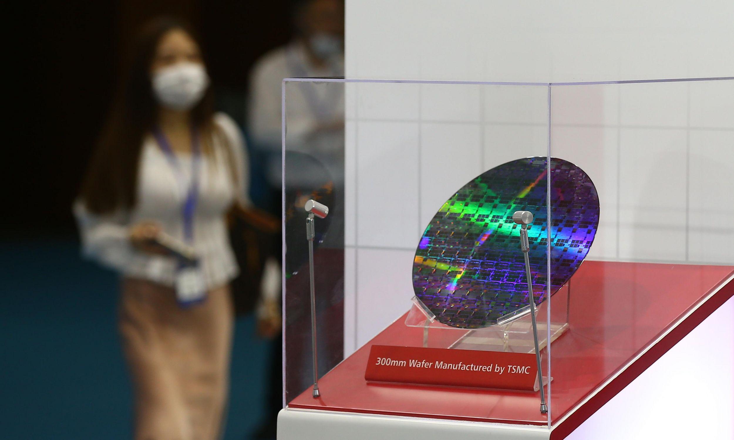 Tajwan to rozrusznik cyfrowej cywilizacji, a postęp technologiczny i wolnego, i komunistycznego świata spoczywa na firmie TSMC. Nad wyspą ciąży jednak widmo zjednoczenia z Chinami i nie wiadomo, jaką metodę obierze do tego Państwo Środka. Na zdjęciu wafel krzemowy 300 mm, wystawiany na stoisku TSMC podczas Światowej Konferencji Półprzewodników 2020 w Nanjing International Expo Center, 26 sierpnia 2020 r. w Nanjing w prowincji Jiangsu w Chinach. Fot. Yang Bo/ China News Service via Getty Images
