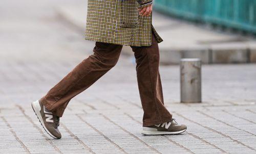 A gdy ktoś nosił sportowe obuwie do płaszcza, uchodził za ekstrawaganta. Dziś jest po prostu modny. Fot. Edward Berthelot/Getty Images