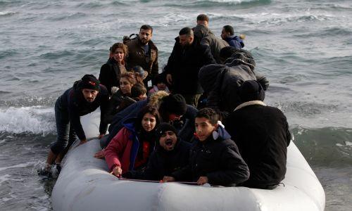 Niektórzy postanowili płynąć na wyspę Lesbos. Fot. REUTERS/Elias Marcou