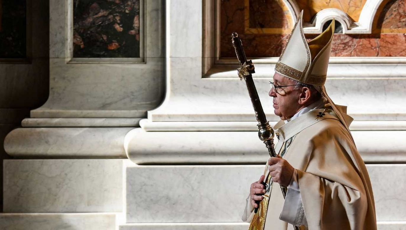 """Papież Franciszek wskazał, że """"uczynki miłosierdzia są najpiękniejszymi dziełami życia"""" (fot. PAP/EPA/VINCENZO PINTO / POOL)"""