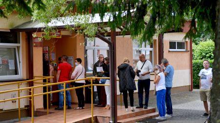 Turyści wypoczywający nad morzem w kolejce do głosowania w Rewalu (fot. PAP/Marcin Bielecki)