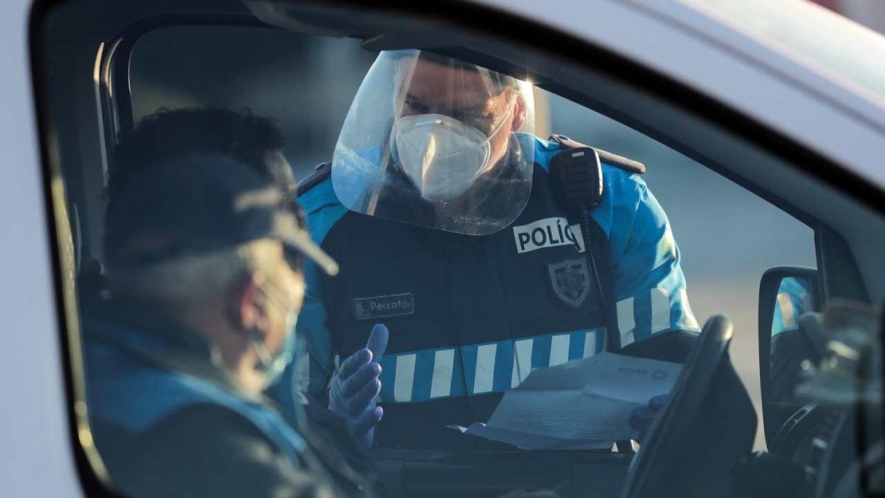 Od poniedziałku w Portugalii będzie obowiązywać godzina policyjna (fot. PAP/EPA/ESTELA SILVA)