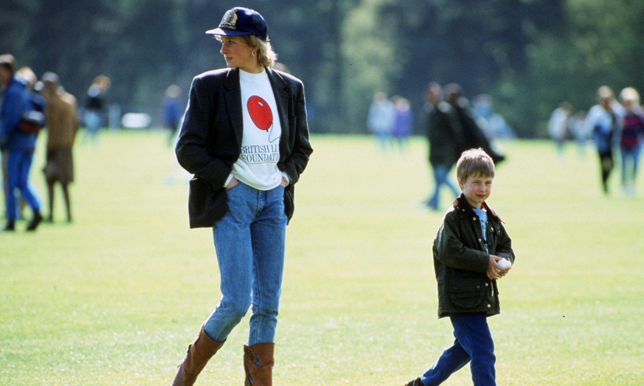 Księżna Diana nie była oczywiście pierwszą arystokratką pozującą fotoreporterom w dżinsach. Na zdjęciu z 1988 roku księżna Walii z synem Williamem. Fot. Tim Graham Photo Library via Getty Images