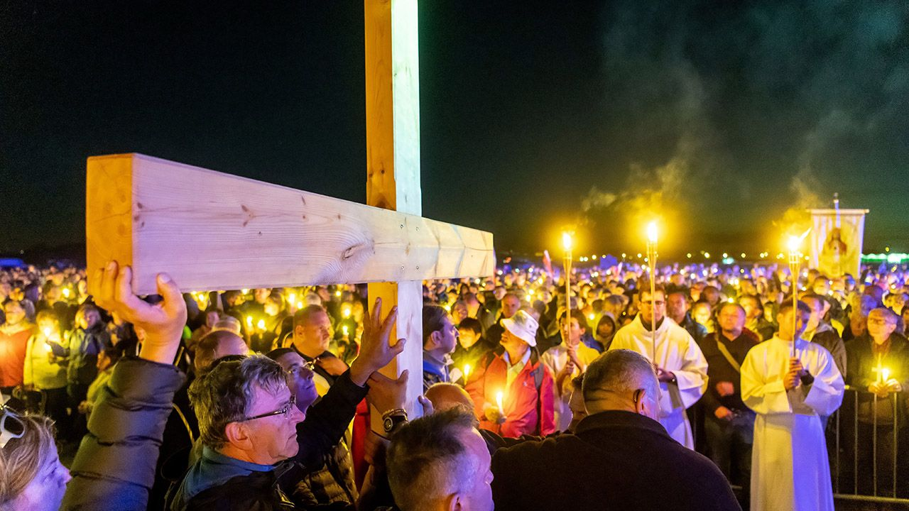 """""""Wszyscy, którzy wzięli w udział w akcji, uczynili to w otwartości na obecność Bożą. Taki był główny cel wydarzenia"""" (fot. PAP/Tytus Żmijewski)"""