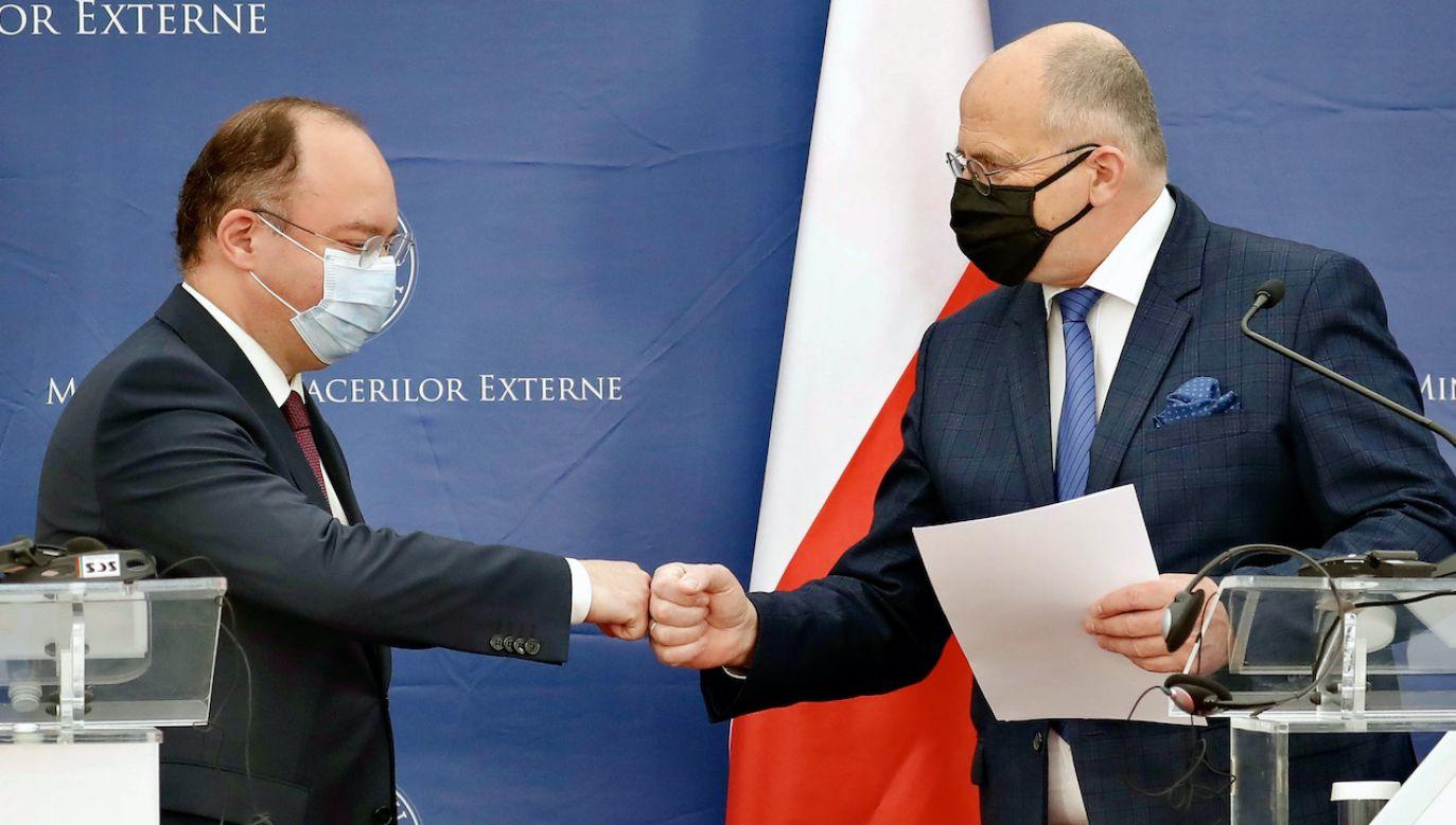Ministrowie Bogdan Aurescusą  i Zbigniew Rau (fot. PAP/EPA/ROBERT GHEMENT)
