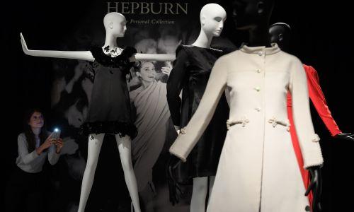 Satynowa suknia koktajlowa Givenchy (cena minimalna 15 000 – 25 000 funtów) podczas pokazu przedmiotów do sprzedaży z osobistej kolekcji Audrey Hepburn, dom  aukcyjny Christies w 2017 roku w Londynie . Fot. Leon Neal / Getty Images