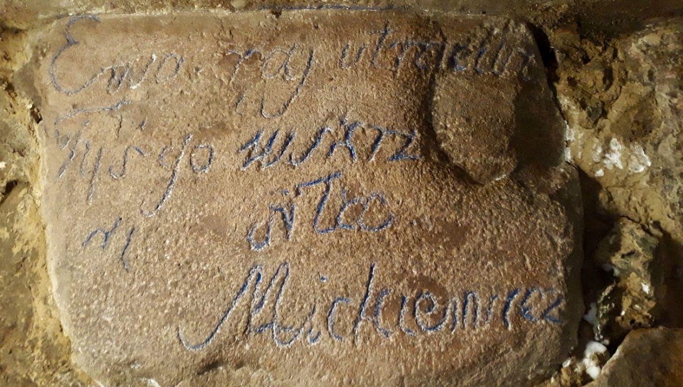 Poeta podobny napis miał pozostawić w albumie Zofii Gruszeckiej (fot. Belsat)